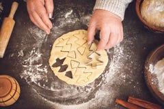 Processus de faire des biscuits de Noël Femme mûre, mains de mamie faisant la pâte photographie stock libre de droits