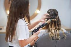 Processus de faire la coiffure à la mode dans le salon de beauté photo stock