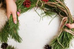 Processus de faire la guirlande de Noël Image stock