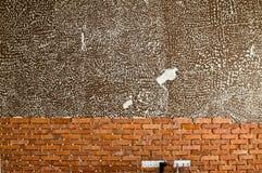 Processus de faire un mur de briques rouge, rénovation à la maison Photographie stock libre de droits