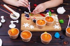 Processus de faire une décoration de petit gâteau de boîte-cadeau de la confiserie images stock