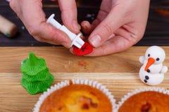 Processus de faire une décoration de petit gâteau d'arbre de sapin de la confiserie images stock