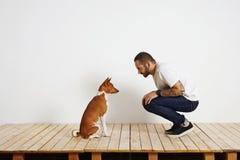 Processus de formation de chien à la maison photos libres de droits
