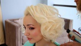 Processus de Hairstyling Le maître fait la fille de coiffure Coiffure de jeune mariée banque de vidéos