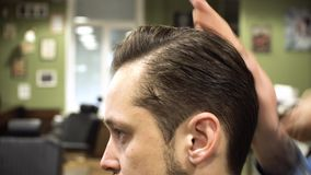 Processus de Hairstyling Plan rapproché des cheveux de séchage de coiffeur d'un jeune homme barbu clips vidéos