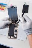 Processus de la réparation de téléphone portable, changeant l'écran Photo stock