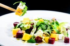 Processus de manger de la salade délicieuse et appétissante avec les betteraves a image stock