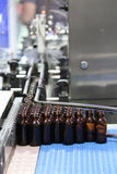 Processus de mise en bouteilles dans l'industrie Photo libre de droits