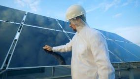 Processus de nettoyage d'un panneau solaire suivi par un travailleur de sexe masculin banque de vidéos