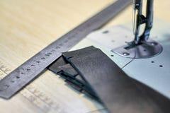 Processus de ouvrage d'article en cuir fait sur commande image libre de droits