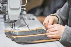 Processus de ouvrage d'article en cuir fait sur commande photographie stock