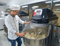 Processus de pain à l'aide de malaxeur de farine image stock