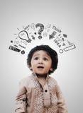 Processus de pensée intelligent adorable de Little Boy - panneau de craie photos stock