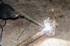 Processus de réparer un marteau en métal utilisant la soudure électrique d'électrode Image stock