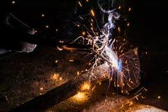 Processus de réparer un marteau en métal utilisant la soudure électrique d'électrode Photo libre de droits