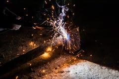 Processus de réparer un marteau en métal utilisant la soudure électrique d'électrode Photo stock