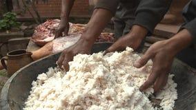 Processus de sel répandu même sur le jambon et le presser à plusieurs reprises à faire le jambon de Nuodeng dans la campagne Chin photographie stock
