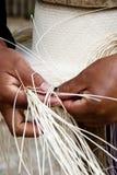 Processus de tissage de chapeau manuel Photo stock