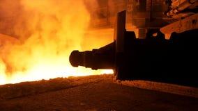 Processus de versement en acier fondu avec des clubs de vapeur ? l'usine m?tallurgique Longueur courante Fermez-vous vers le haut photographie stock