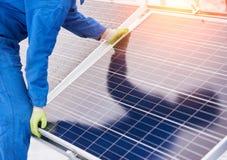 Processus des batteries solaires d'installation en hiver Photos stock