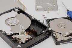 Processus du démontage des disques durs Image stock