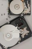 Processus du démontage des disques durs Photo stock