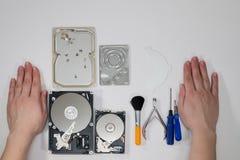 Processus du démontage des disques durs Photos stock