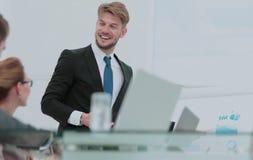 Processus fonctionnant Équipe d'affaires discutant ensemble le plan d'action Photos stock