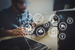 Processus fonctionnant de Co, équipe d'entrepreneur travaillant dans le bureau créatif Photo stock