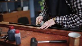 Processus fonctionnant de la ceinture en cuir dans l'atelier en cuir Homme tenant ouvrer l'outil et le travail Tanner dans vieux clips vidéos