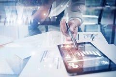 Processus fonctionnant de photo Projet global de travail de directeur de finances nouveau dans le bureau mondial de banque Utilis Photographie stock