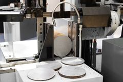 Processus industriel de coupe d'usinage en métal de détail vide par la scie électrique mécanique photo libre de droits