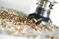 Processus métallurgique industriel de coupe par le coupeur de fraisage photos libres de droits
