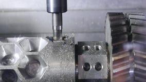 Processus m?tallurgique de coupe par le coupeur de fraisage medias Détail en métal de processus de machine de commande numérique  banque de vidéos