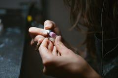 Processus principaux de fille la plaque de métal dans l'atelier à la maison Photo libre de droits