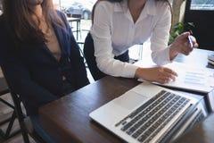 Processus travaillant d'homme d'affaires au bureau les coll?gues de personnes travaillent ensemble, faisant la conversation avec  images libres de droits
