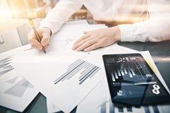 Processus travaillant de conseiller en placements Comprimé moderne de rapport du marché de travail de commerçant de photo Utilisa Photographie stock