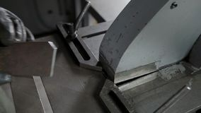 Procesu produkcji tnący kąt na metalu kawałku na nowożytnej metalworking tokarce zbiory