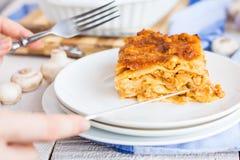 Procesy je pieczarkowego lasagna, przyrząda, ręki Obraz Stock