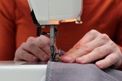Procesy szyć lna na szwalnej maszynie szą kobiet ręk szwalną maszynę Linum szwalnej maszyny i kobiety palce z zdjęcie royalty free