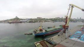 Prochain cargo dans le port continued2 banque de vidéos