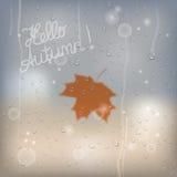 Prochain concept d'automne Texte de salutation sur la fenêtre couverte de pluie Images stock
