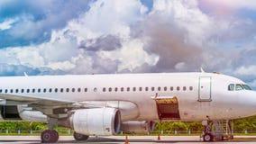 Prochaine mouche de preparationfor commercial d'avion avec de beaux nuages à l'arrière-plan Image stock