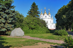 Proche en pierre commémoratif la cathédrale à Poltava Photographie stock