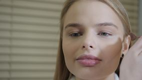 Prochowy bazy muśnięcie Makeup artysta tworzy pięknego makeup dla blondynek modeluje Piękno i zdroju centre pojęcie zbiory