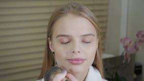 Prochowy bazy muśnięcie Makeup artysta tworzy pięknego makeup dla blondynek modeluje Piękno i zdroju centre pojęcie zdjęcie wideo