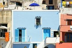 Procida& x27; casa di s, vista dal mare Fotografia Stock