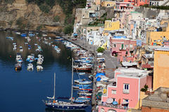Procida, ilha bonita na costa de mar Mediterrâneo, Marina della Corricella Naples Imagem de Stock Royalty Free