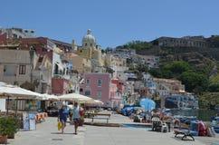 PROCIDA, ITALIA, EL 2 DE JULIO DE 2014: La gente está dando un paseo en el muelle del chiaia del puerto deportivo en la isla del  Imagen de archivo libre de regalías