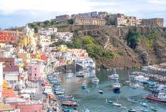Procida, Italien Panoramablick von Marina Corricella mit farbigen Pastellhäusern und Terra Murata an der Spitze der Klippe stockfotos